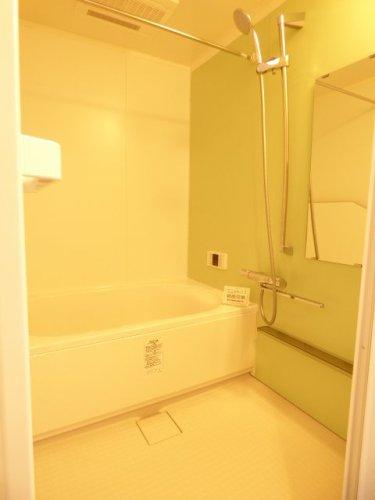 浴室新調♪・・・浴室暖房乾燥機付きでいつでも快適バスタイム♪大理石のような上質な光沢♪冷たさを感じにくく汚れがとれやすいキレイサーモフロア♪ダブル保温構造でお湯が冷めにくいサーモバスS♪ラウンドライン浴槽♪