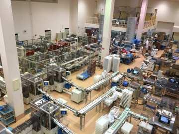 工場の中をガラス越しに見学できます