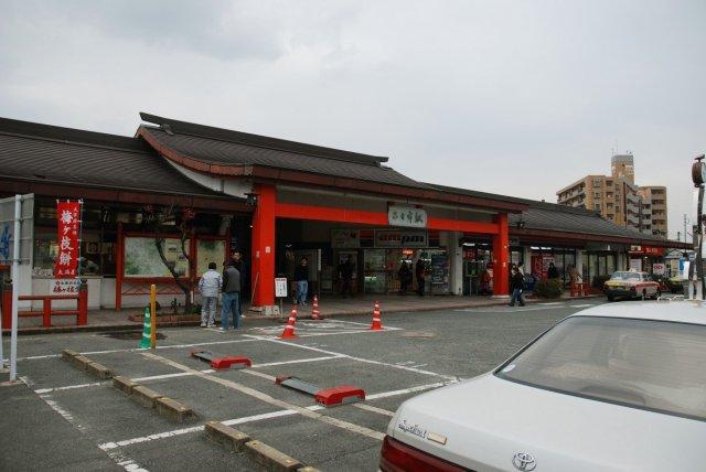 「博多駅」から快速で15分です。歴史と温泉の町大宰府「二日市」駅です