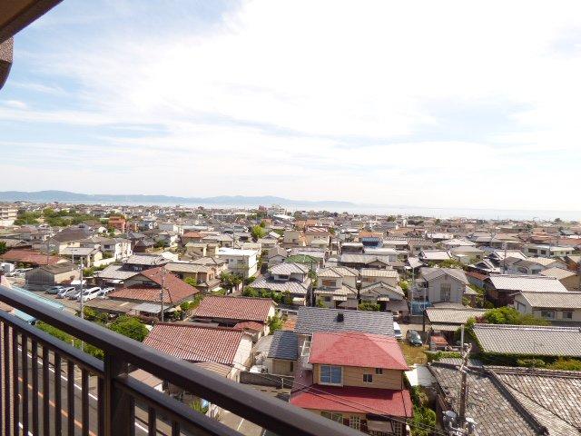 バルコニーからの眺望です♪眺望とても良好です♪明石海峡が見えます♪開放感があります♪陽当りもとても良好です♪