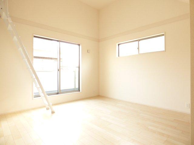 2階洋室です♪ロフト付きです♪フローリング材はキズがつきにくく 木目・色調など木材特有の風合いがありナチュラルな美しさです♪