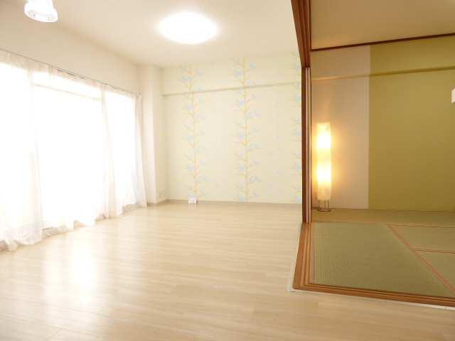 LDKと和室♪室内リフォーム済みで室内とても綺麗♪お子様にも喜ばれるLDK壁クロスも魅力♪