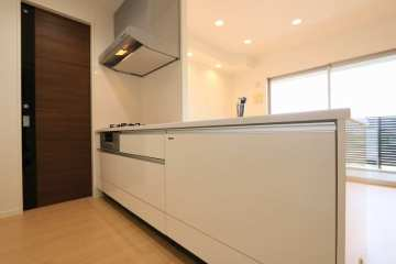 清潔感漂う白を基調としたキッチン