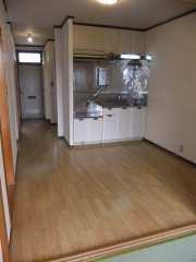 南側和室4.5畳からキッチン方向