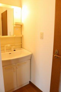 【2階洗面所】2階にも洗面化粧台があるので、忙しい朝にも便利!