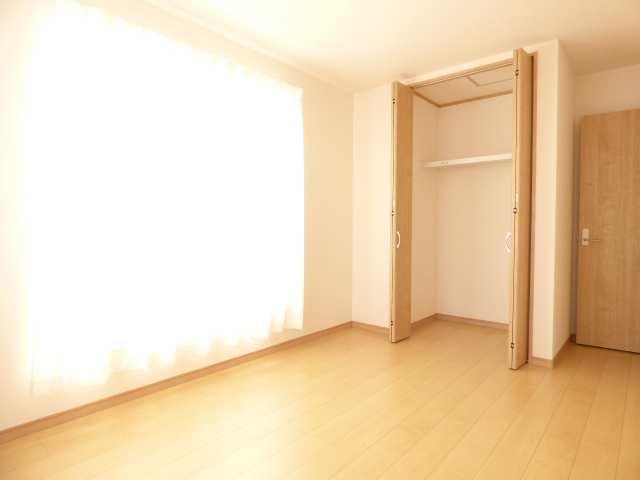 全居室、収納付きで広々住空間♪建具は木目の美しさを際立たせるデザイン♪クローゼットはたっぷり収納できそうです♪土日祝いつでもご案内致します♪どうぞお気軽にフジ不動産へお問合せ下さい♪