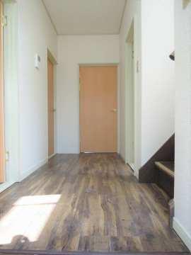 玄関から 奥行きのある廊下