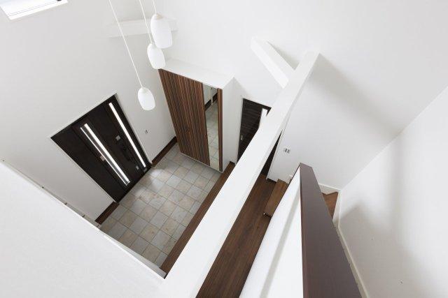 家族の明るい笑顔を包む、リビング階段を設えた広々LDK。
