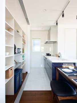 天井までの大容量キッチン