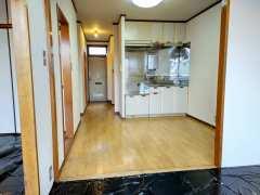 南側和室4.5畳からキッチン・玄関方向