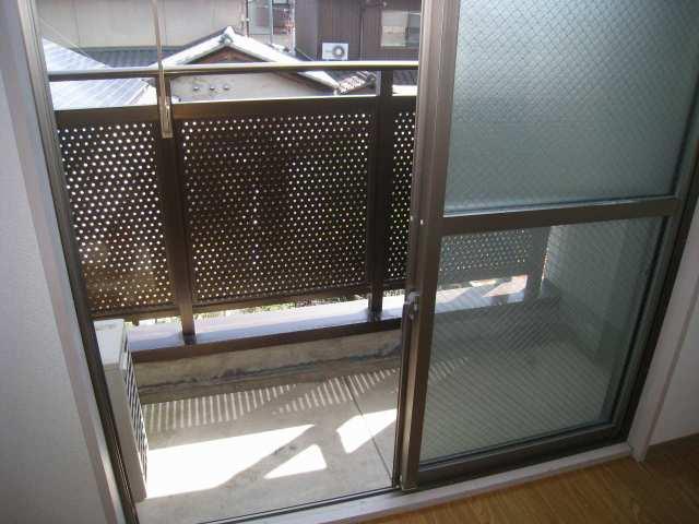 ベランダです。窓ガラスの上部はスリガラスになっていますので、防犯上安心です♪