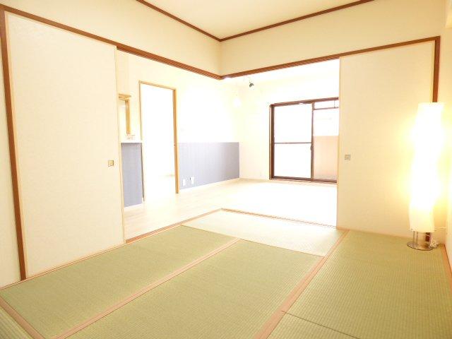 和室とLDKです♪とても素敵な空間です♪室内全面リフォーム済み♪とても綺麗で素敵なお部屋をぜひご内覧下さい♪