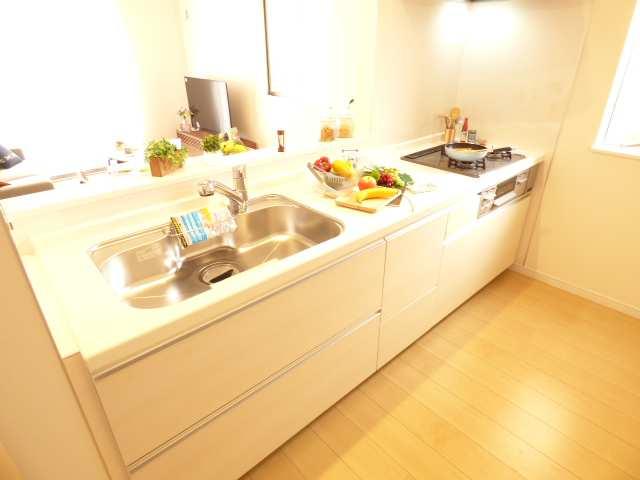 お料理をしながら会話を楽しめる対面カウンターキッチン♪キャビネットは小物から背の高いものまですっきりたっぷり収納できそうです♪浄水器付ハンドシャワー水栓♪(家具など装飾品はイメージです♪)