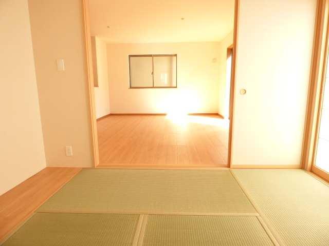 和室とLDKです♪陽当たりとても良好です♪