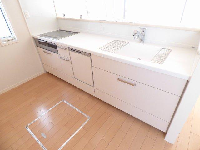 料理をしながら会話を楽しめる対面カウンターキッチン♪省エネ・衛生的な食器洗乾燥機付き♪