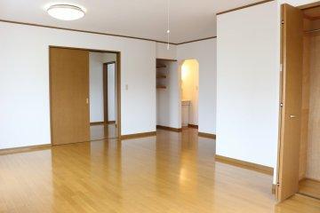 【2階南側洋室:14帖】広々としたこちらの部屋はリビングとしてもお使いいただくこともできます!