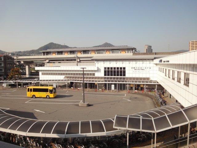 アストラムライン大町駅、JR大町駅、大町バスターミナル ここから写真手前を左方向へそして歩道を左折