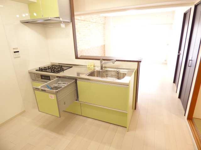 キッチンとリビングです♪お料理をしながら会話を楽しめる対面カウンターキッチン♪室内全面リフォーム済み♪全室LED照明器具新調♪カーテン・カーテンレール新調♪など室内とても綺麗♪