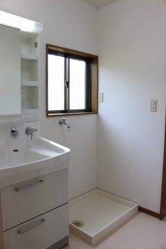 【洗面所】湿気が気になる洗面所には換気窓が付いています!