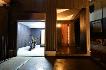 バイクガレージ:趣味の部屋としても使え、ホールからも入れる憧れのガレージ。