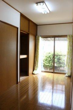 【1階北西側洋室:4帖】押入れとハンガーパイプ付クローゼットがあり、収納力豊富です!