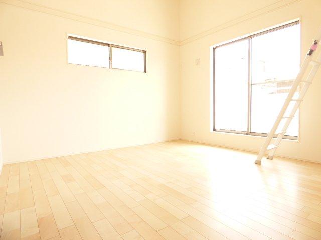 洋室です♪陽当りとても良好です♪室内とても明るいです♪多目的スペースロフトもございます♪