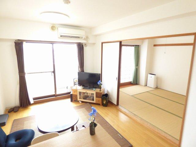 LDKと和室です♪陽当り良好で室内とても明るいです♪(居住中により家具等も撮影されていますが売主様の撮影許可済みです♪)