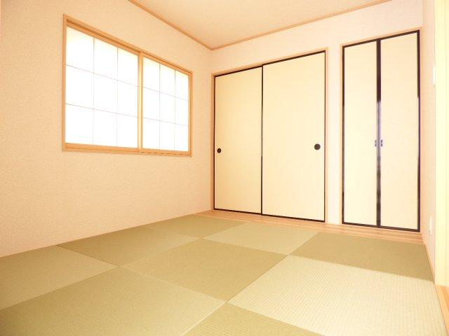 和室です♪陽当りとても良好です♪お洒落な畳もとても魅力的です♪ご家族の時間が増えそうな和室です♪