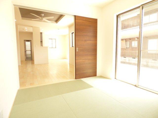 和室とリビングです♪おしゃれな畳も魅力です♪陽当りとても良好♪室内とても明るいです♪