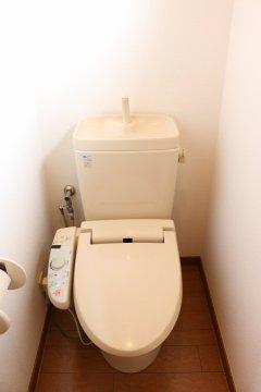 【2階トイレ】2階にもトイレがあるので、1階まで降りる手間なし!