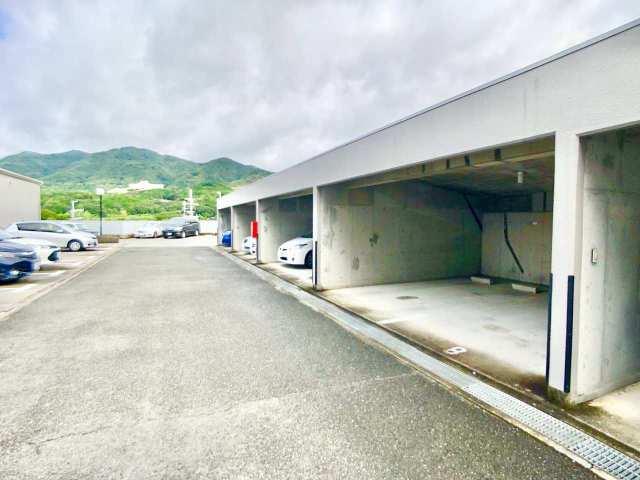 駐車場(車庫権利付き物件です!右側の屋根のある駐車場の権利をお持ちいただきます)