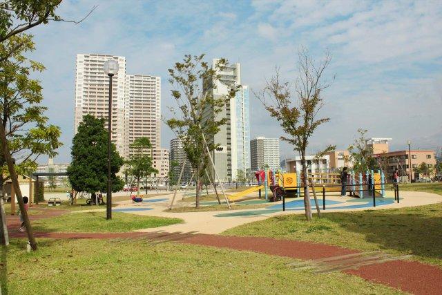 区画整理でどんどん巨大な高層ビル・マンション建設ラッシュの快速停車駅「千早駅前」です。福岡東部エリア№1の人気エリアです