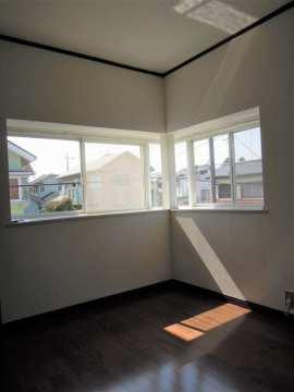 2階 開放感のある出窓と外の様子