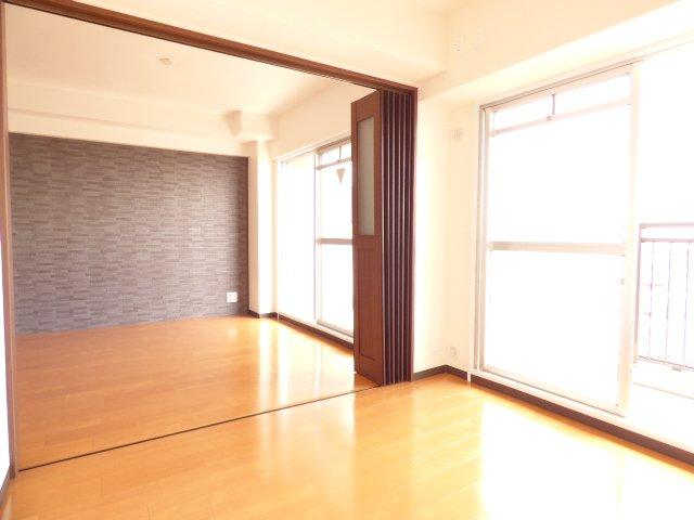 洋室とリビングです♪クロス張替♪フローリング張替♪室内とても綺麗です♪陽当り良好でとても明るいです♪可動式間仕切り建具も魅力のひとつです♪