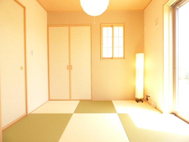 和室です♪南向きでとても明るいです♪お洒落な畳も魅力のひとつ♪ぜひ現地でご体感下さい♪