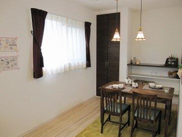 便利なキッチン横の可動棚