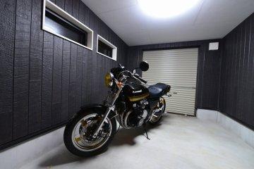 室内から見えるガレージが趣味に浸るひとときを提供。