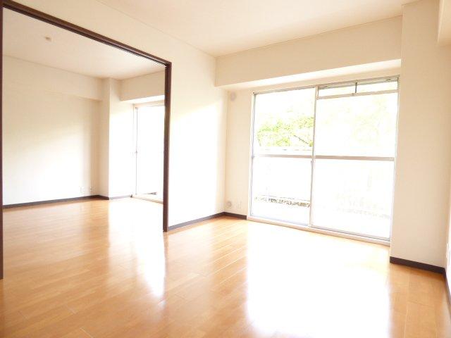 LDKと洋室です♪陽当りとても良好です♪室内リフォーム済みでとても綺麗です♪