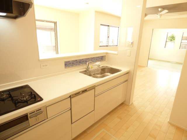 システムキッチンは食洗機付き♪各部屋とても陽当り良好です♪