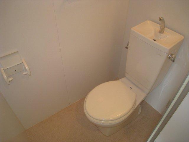 コンセントもトイレ内にあります