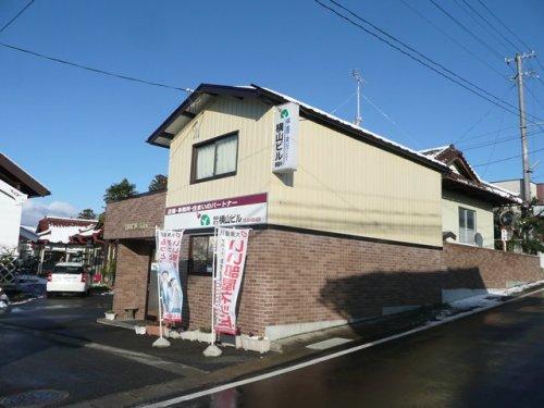 当社事務所外観写真です。富田小学校と富田郵便局の間・・・坂の途中なのでつい通り過ぎてしまう方も多いです(;^_^A・・・駐車場は自宅と兼用ですので空いている箇所へお止め下さい。