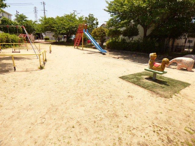 お隣の公園です♪我が家の庭感覚となりそうです♪お子様の遊び場が身近な距離に♪