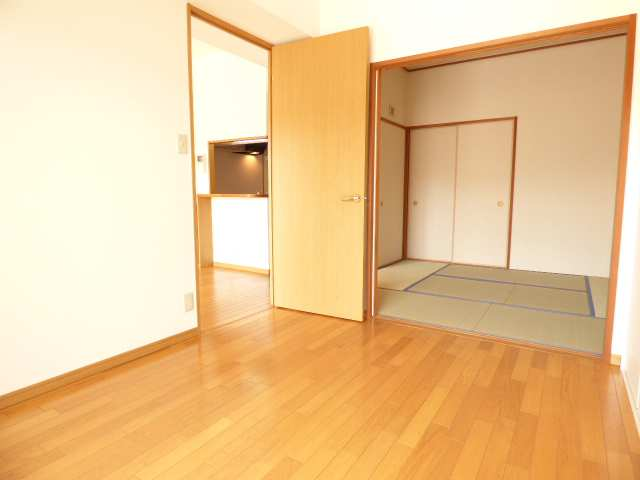 洋室と和室とリビングです♪リフォーム済みで室内とても綺麗です♪