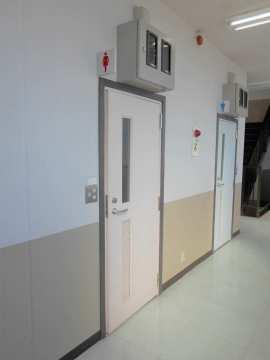 共用のトイレ入口