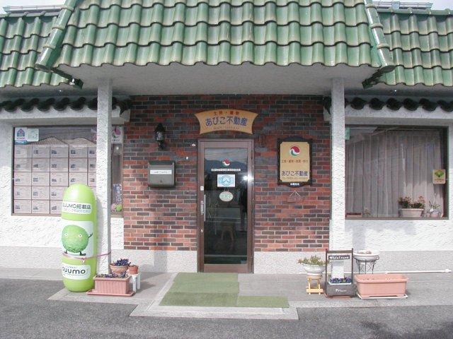 緑の屋根とレンガ造りの玄関が目印です!お気軽にお立ち寄り下さい!≪お客様用駐車場あり≫