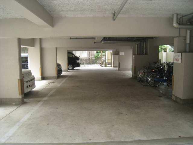 ガレージは屋根付きとなっています。  注:区画により、金額は異なります。