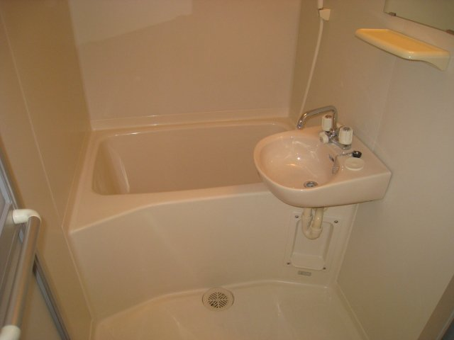 綺麗でゆったりとした浴室です