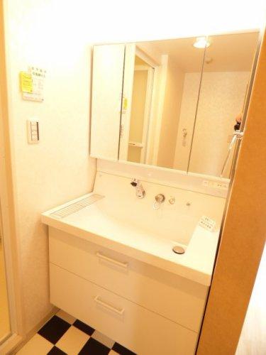 洗髪洗面化粧台新調♪・・・3面鏡タイプ♪洗面器はやわらかなカーブ形状でワンサイズ上の広さ♪広々平らな底面♪広さを活かす右奥排水口♪お掃除をカンタンにする新てまなし排水口♪