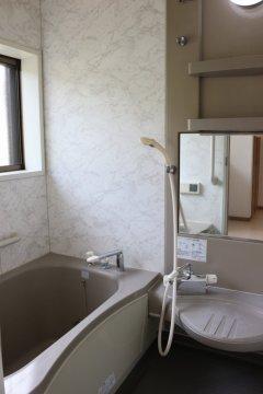 【浴室】湿気が気になる浴室にも換気窓が付いています!