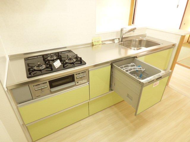 システムキッチン新調♪・・・家具のように♪楽しめる素敵なキッチンです♪食器洗い乾燥機付き♪浄水器水栓ハンドシャワー付き♪ガラストップコンロ♪キャビネットタイプ♪フラットスリムレンジフード♪LEDキッチンライト♪